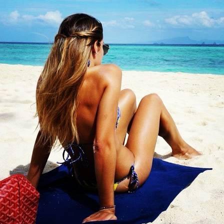 Namorada de Alexandre Pato faz sucesso com fotos de biquíni
