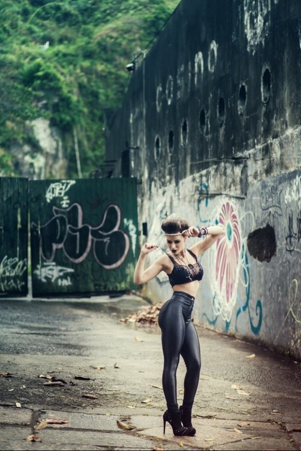 Rayanne Morais mostra pernão musculoso em ensaio de moda