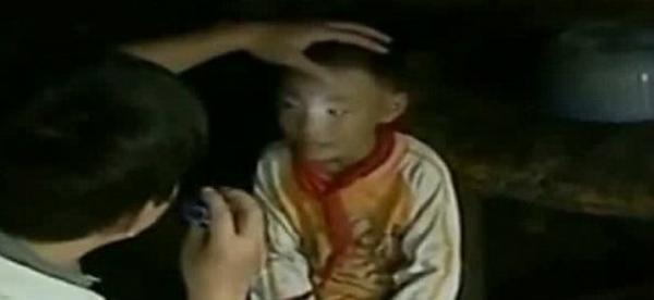 Teste comprova que menino chinês pode escrever e ler no escuro total