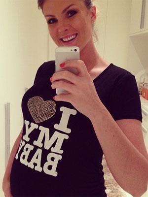 Ana Hickmann usa camiseta declarando o amor pelo filho, confira!