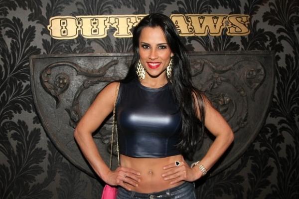 Com barriga de fora, ex-BBB Kelly Medeiros curte show de funk