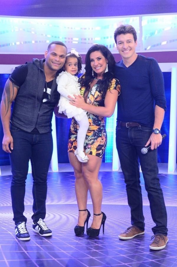 Depois de traição, Scheila Carvalho beija marido Tony Salles em programa