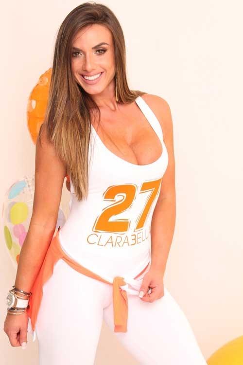Nicole Bahls posa toda sorridente com roupas coladas e decotadas