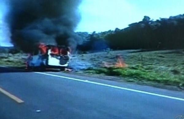 Van com 15 pessoas pega fogo em estrada de Goiás; motorista filma o incidente