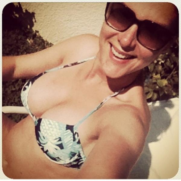 Ana Hickmann posta foto de biquíni e mostra barriguinha de cinco meses