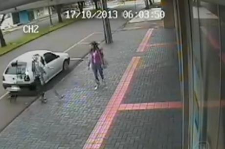 Câmeras de segurança flagram sequestro e agressão de jovem