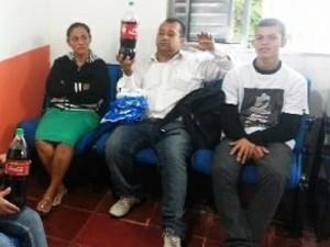 Família fica chocada ao ver corpo de rato boiando em garrafa de Coca-Cola