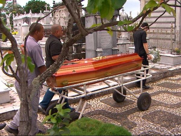 Médica é indiciada pela morte de irmãos de 22 e 23 anos na Bahia