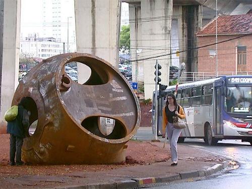 Megapeça despenca de caminhão e abre buraco em avenida de SP