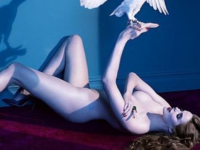 Modelo plus size posa nua com animais para exposição; veja fotos