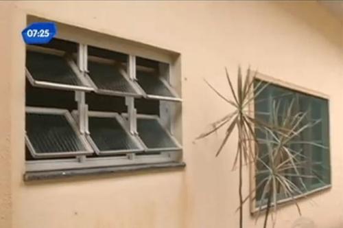 Adolescente de 17 anos dá à luz e assustada joga o bebê pela janela