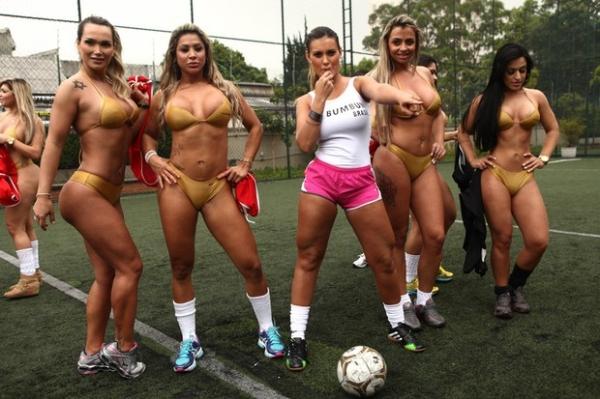 Andressa Urach apita partida entre candidatas ao Miss Bumbum usando apenas microbiquínis