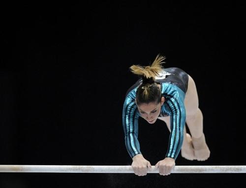 Em palco especial, Daniele Hypolito falha e fica fora de finais no Mundial