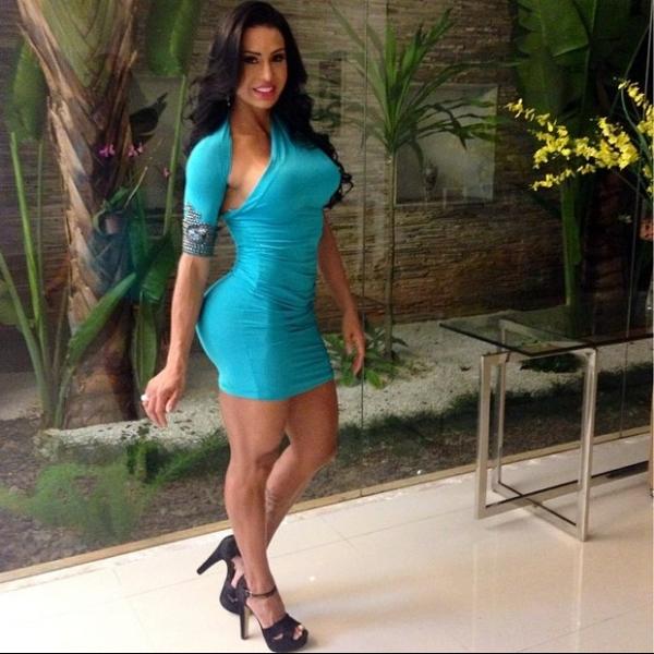 Gracyanne Barbosa exibe curvas em vestido colado