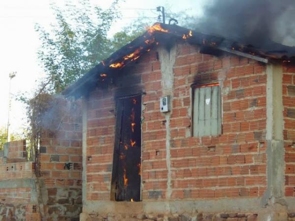 Incêndio destrói casa e deixa família completamente desabrigada