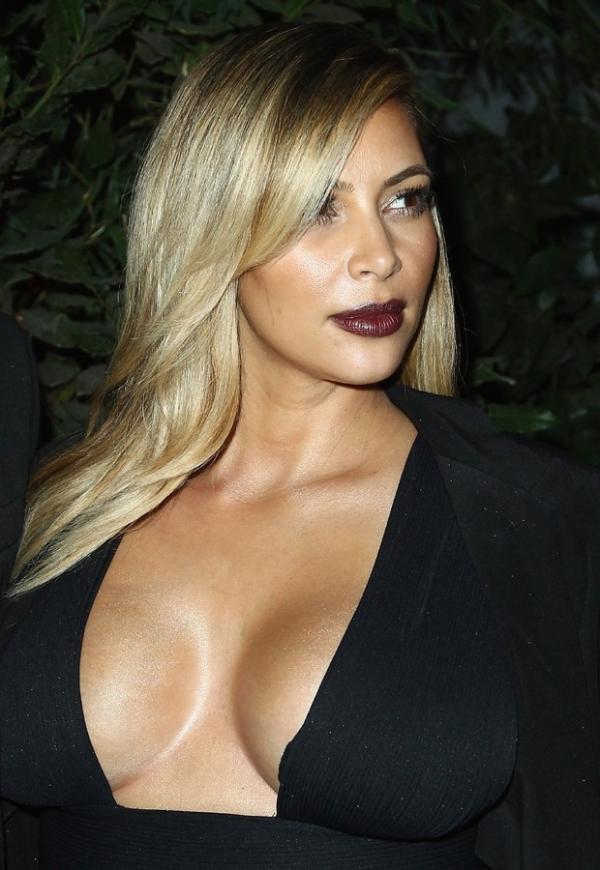UAU! Kim Kardashian abusa do decote em festa na França