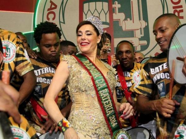 Atriz Christiane Torloni é coroada rainha de bateria da Escola Grande Rio