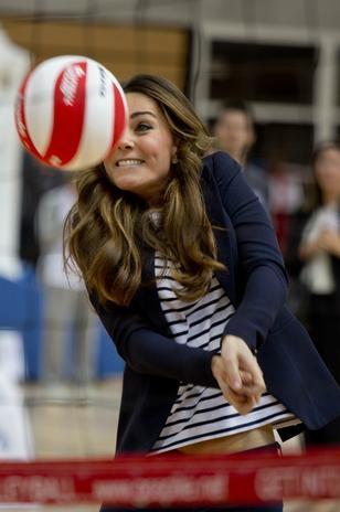 Kate Middleton deixa barriga à mostra e exibe boa forma