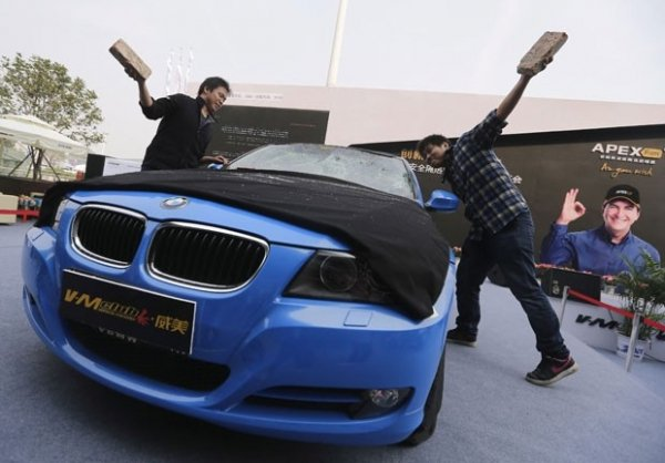 Para testar película, dupla quebra para-brisa de BMW com tijolos