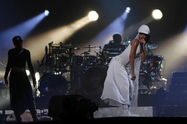 Vestida! Rihanna faz show em Abu Dhabi com figurino comportado