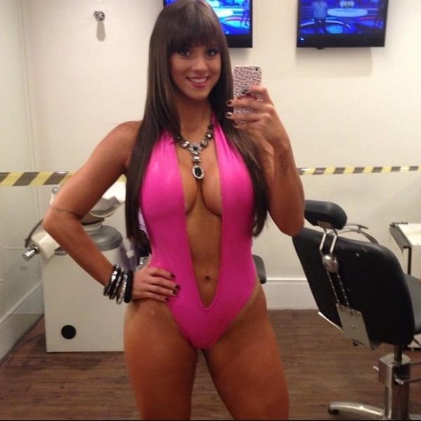 Carol Dias usa maiô ousado em programa de televisão
