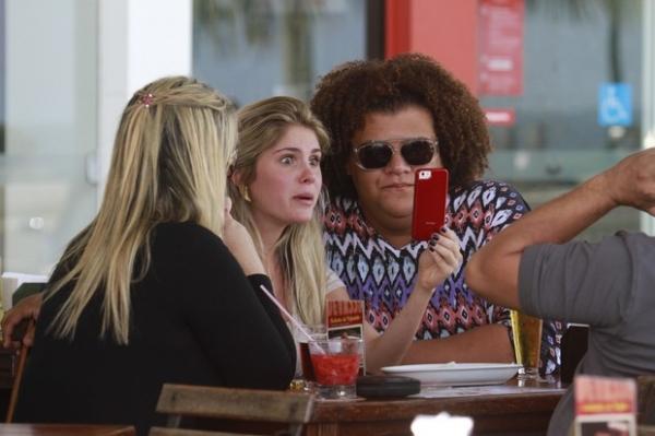 Alheia  crise da m綟, B疵bara Evans vai tomar chope com amigos no Rio