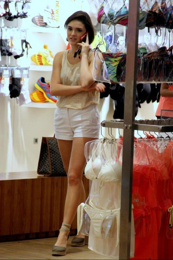 Destaque em Sangue Bom, Isabelle Drummond faz compras em shopping do Rio
