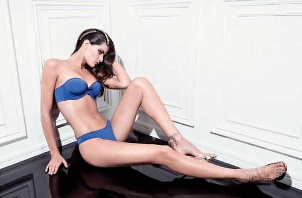 Isabelli Fontana posa sexy para campanha de lingerie