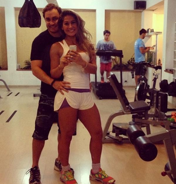 Mayra Cardi usa shortinho para malhar com o marido