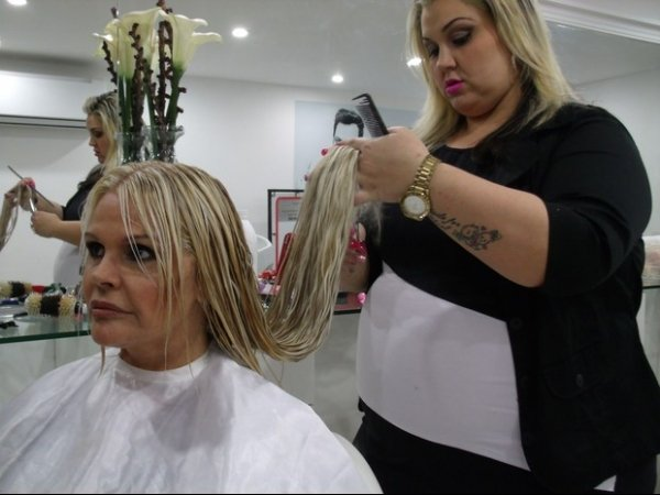 Monique Evans muda o visual e diz: 薦stou mudando por dentro
