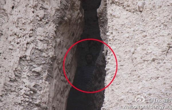Sonâmbulo cai em precipício e passa  dois dias preso em fenda na China