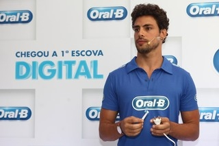 Após separação de Grazi, Cauã vai sem aliança a evento em São Paulo