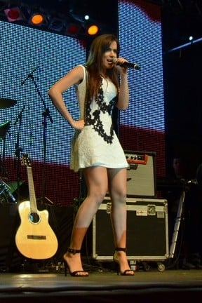 De vestido curto, Anitta quase mostra demais em apresenta鈬o