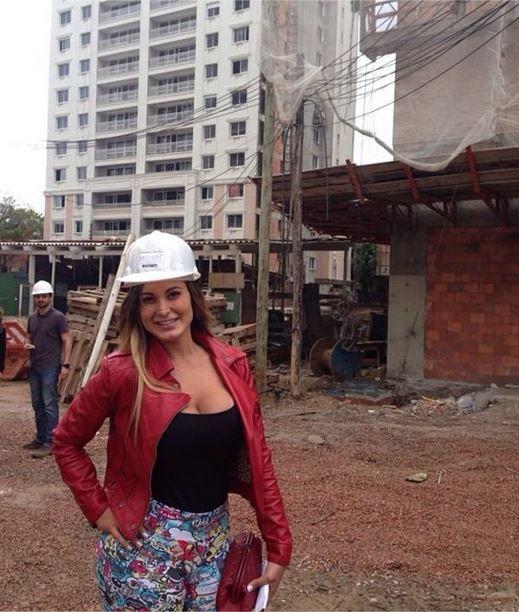 Em Porto Alegre, Andressa Urach pega a chaves de apartamento