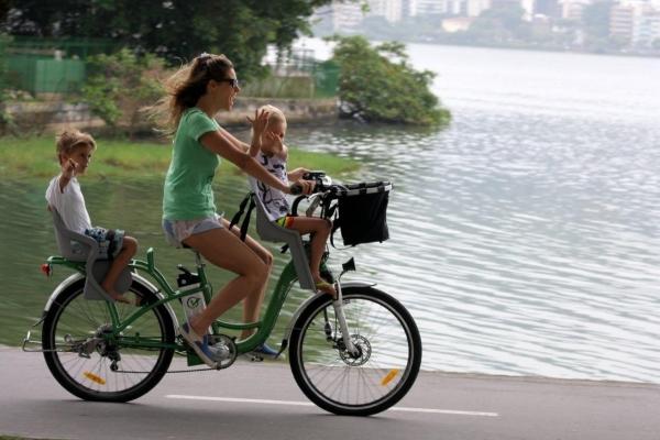 Fernanda Lima passeia de bicicleta com os filhos pelo Rio de Janeiro