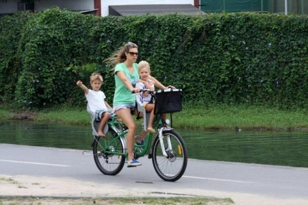Fernanda Lima passeia de bicicleta com os filhos