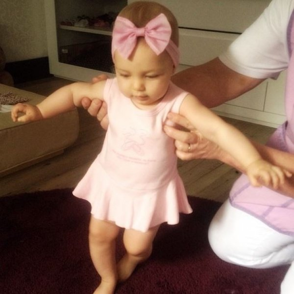 Fofura! Sheila Mello mostra a filha com roupa de balé