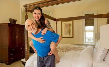 Francisco Cuoco posa vestido de pirata ao lado de namorada 53 anos mais jovem