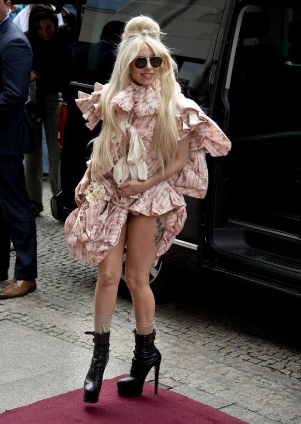 Lady Gaga usa vestido curtinho e deixa tatuagem na coxa à mostra