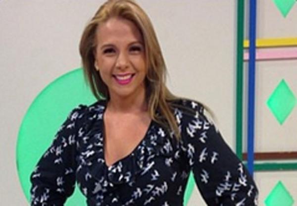 Sorteio de cachorro em programa infantil de Carla Perez causa pol麥ica
