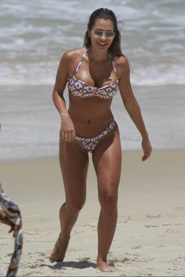 Adriana mostra corp縊 em praia e Rodrig縊 diz: