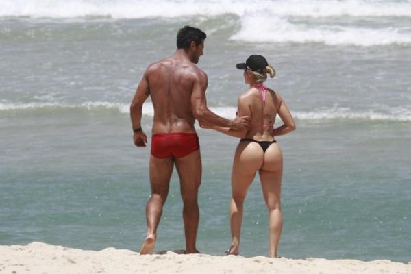 Ex-panicat Aryane Steinkopf curte praia namorado Beto Malfacini após polêmica de traição; fotos