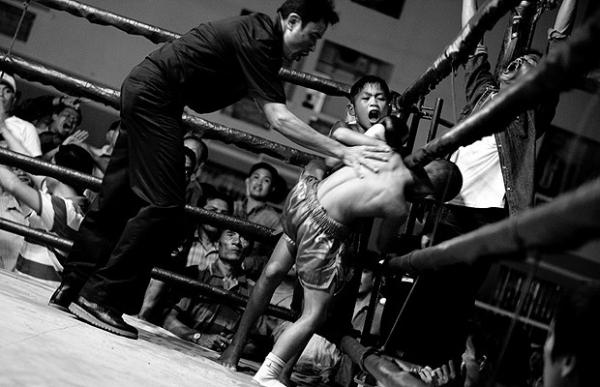 Luta infantil na Tailândia choca fotógrafa; veja nocaute em fotos!