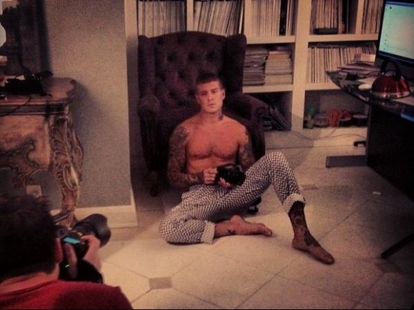 Mateus Verdelho aparece sexy em ensaio fotográfico para revista