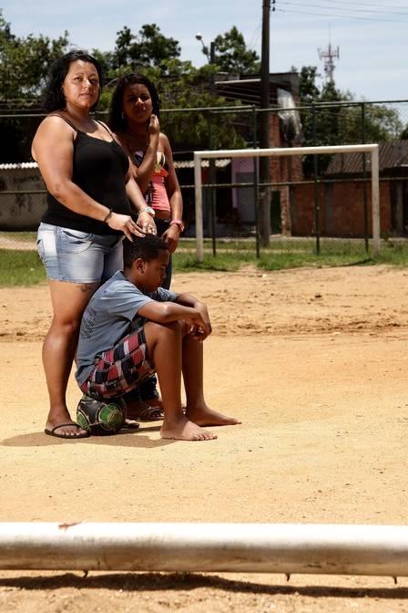 Bolada derruba trave em mau estado e mata garoto de 6 anos em praça