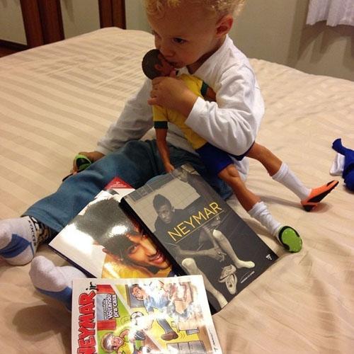 Filho de jogador Neymar posa cercado de presentes que ganhou do seu pai