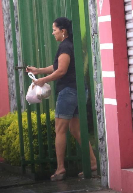 Grazi, descalça e já sem aliança, brinca com a filha Sofia em frente à casa da mãe, no Paraná