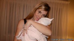 Mãe descobre troca de bebês após reconhecer filha em consulta