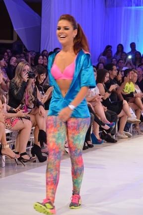 Paloma Bernardi desfila de barriga de fora no Recife