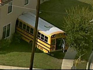 Ônibus escolar com 25 crianças perde controle, invade casa e fere 3 nos EUA